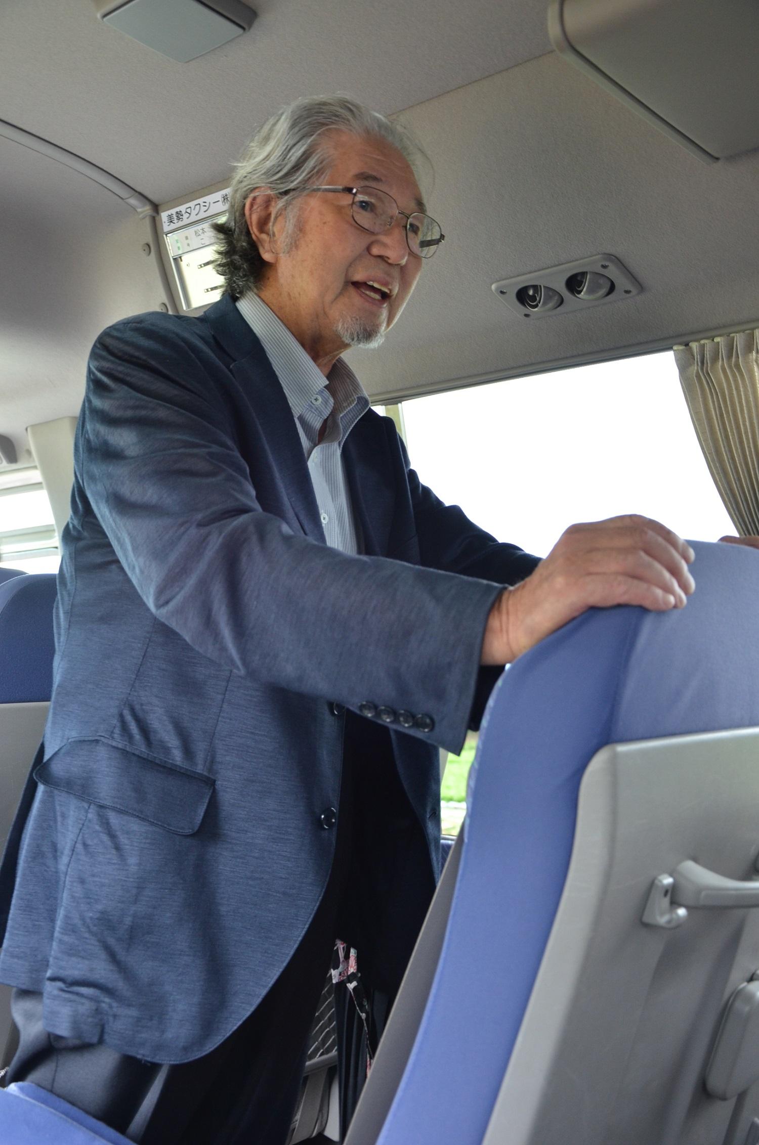 バスで話す加藤さん